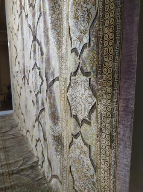 Alfombra de seda en el Museo de la Alfombra de Irán. La seda le da ese aspecto iridiscente, una caracteristica fundamental para identificarlas.